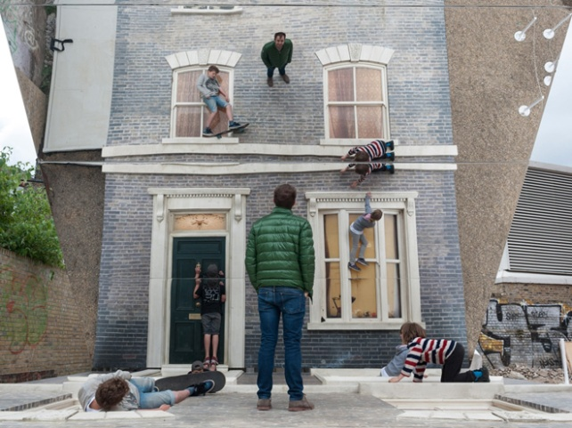 2-dalston-house-installation-by-leandro-erlich